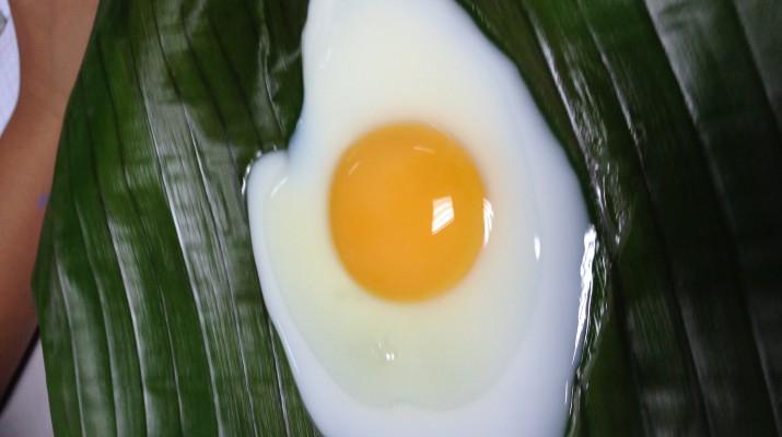 การทอดไข่บนใบตอง
